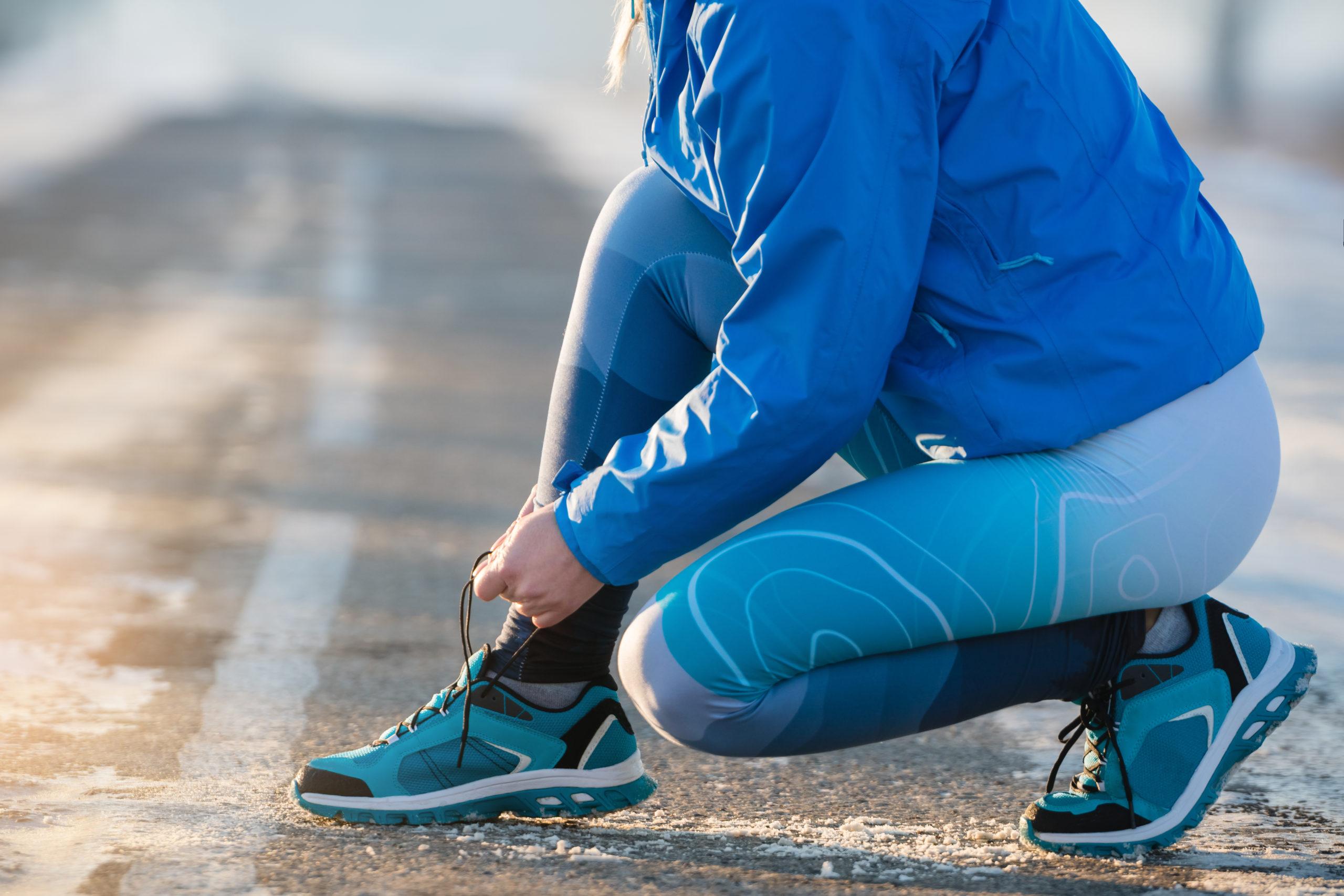 Woman runner tying shoelaces. Healthy lifestyle © PAstudio - stock.adobe.com
