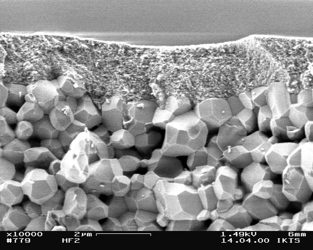 The image shows a 0,2 µm cover membrane of amorphous Al2O3 on an approximately 1 µm intermediate layer of gamma-Al2O3 on a coarser corumdum (alpha-Al2O3) substrate. © Dr. Andreas Krell, Fraunhofer IKTS